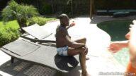 Hip Popcu Zenci Sarışın Sevgilisine Havuz Başında Anal Sapladı