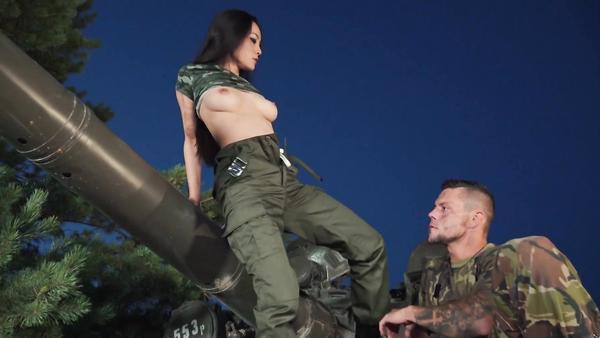 Tankçı Asyalı Hatun Amerikalı Piyadeye Kendisini Deldirdi