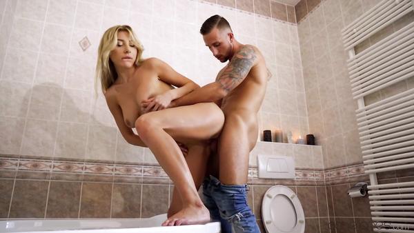Sevgilisinin Manken Arkadaşını Banyoda Yakalayan Genç Amcığa Kökledi
