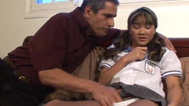 Olgun Adam Çinli Esmer Kızı Üniformasını Çıkarmadan Dümdüz Etti
