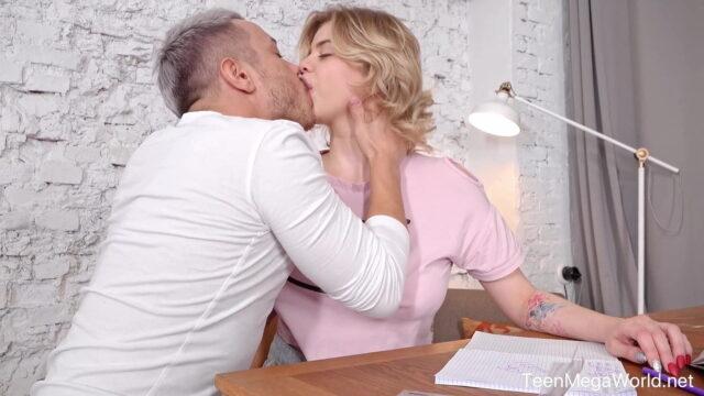 Sarışın Sekreter'den Evde Özel Hizmet – Porno