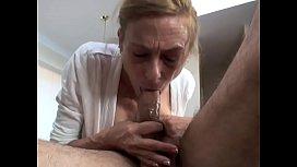 Yaşlı Kadının Buruşmuş Amcığı Yerine Dişsiz Ağzını Sikiyor