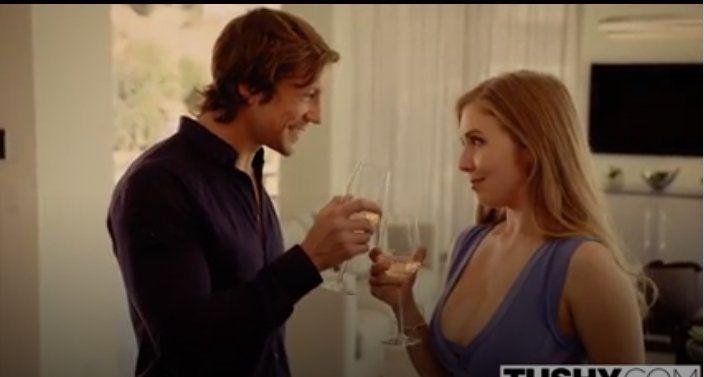 Yeni Tanışan Çift Şampanya İçin Anal Sikiş Yaşadılar