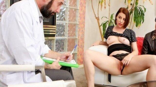 Doktor kadını tedavi ederken memelerini isiriyor