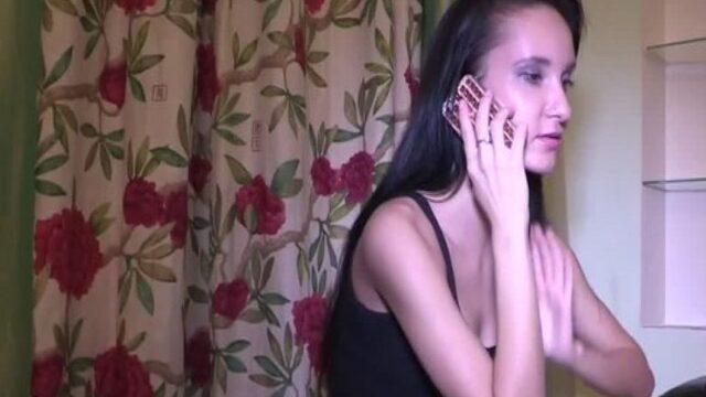 Telefonda annesiyle konuşurken kocasıda sikiyor
