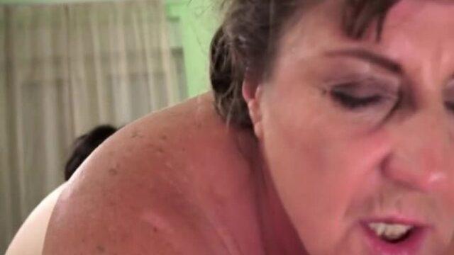 Yaşlı kadını götünden sikiyor
