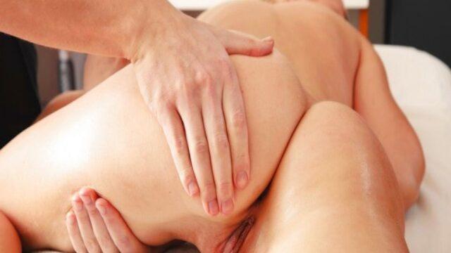 Masaj salonunda masaj yaparken kadını taciz ediyor