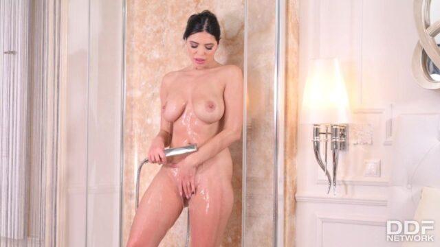 Duşa Giren Kadını Sikiyor