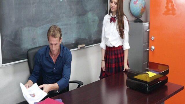 Öğretmenin Kucağına Oturdu