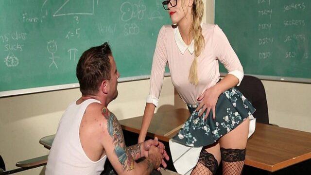 Olgun Öğretmenle Sınıfte Seks
