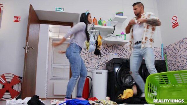 Çamaşır Odasında Sert Sikiyor